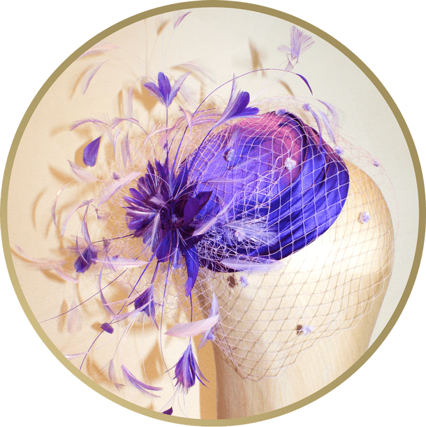 Beratung perfekter Kopfschmuck durch Hutmacherin