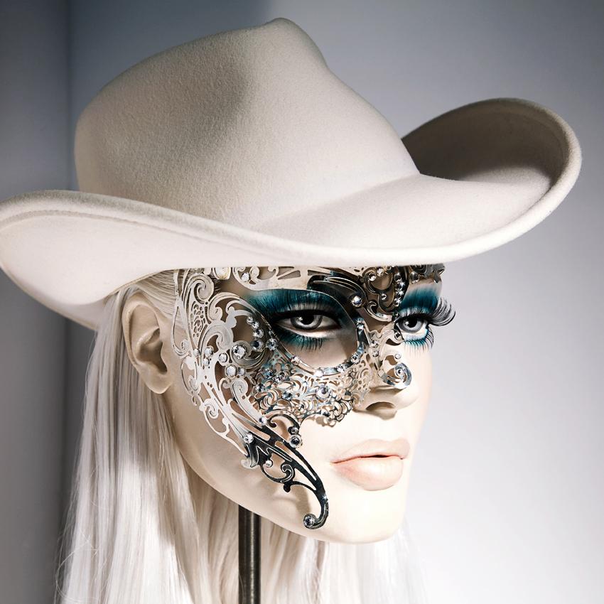 Kunstvoll verzierter Mannequin Kopf von Christian Walmroth mit Filz Cowboyhut